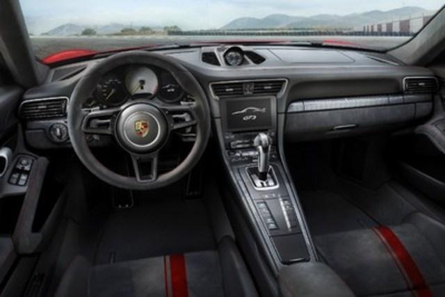 L'habitacle de cette nouvelle voiture sport hautes performances est adapté à l'expérience de conduite qu'offre la 911 GT3. (Groupe CNW/Automobiles Porsche Canada)
