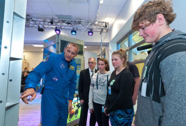 L'astronaute de l'Agence spatiale canadienne David Saint-Jacques fait découvrir l'exposition « De l'espace à l'assiette » à des jeunes de la région de Moncton, au Nouveau-Brunswick. (Groupe CNW/Agence spatiale canadienne)