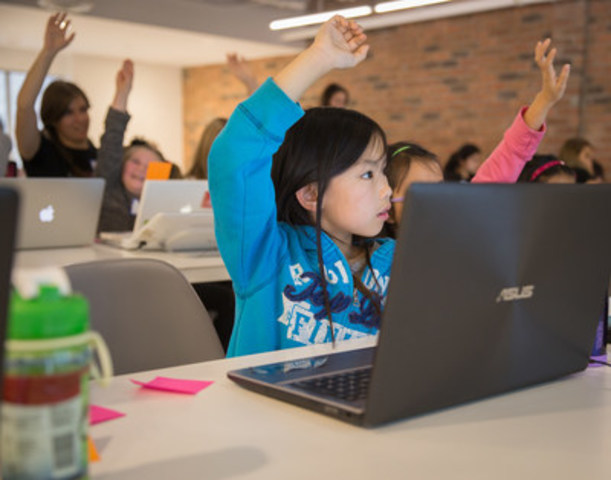Young people participate in Girls Learning Code programming (CNW Group/Scotiabank)