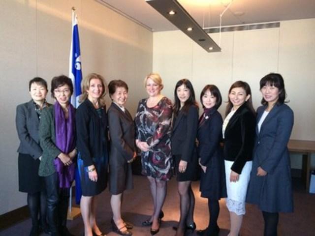 En mission au Japon, la vice-première ministre Lise Thériault a rencontré un groupe de femmes d'affaires japonaises pour discuter de condition féminine. (Groupe CNW/Cabinet de la ministre des Relations internationales et de la Francophonie)