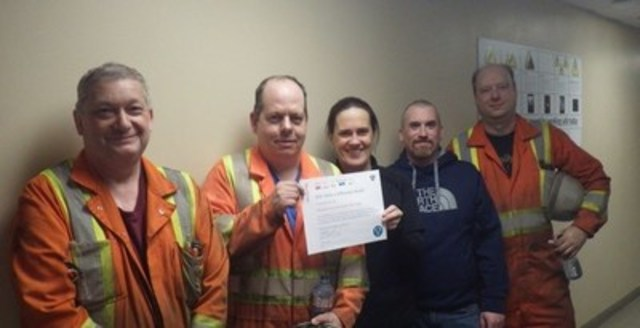 The IOC team receiving the Rio Tinto CEO Ground Breaker Safety Award. (CNW Group/RIO TINTO ALCAN - EN)