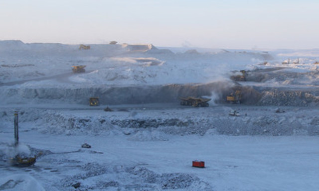 The 5034 pit at Gahcho Kué Mine is busy with equipment on a cold day in February. Gahcho Kué was recognized with the Viola R. MacMillan Award at the PDAC Awards Gala in Toronto, ON on March 7. (CNW Group/De Beers Canada Corporation)