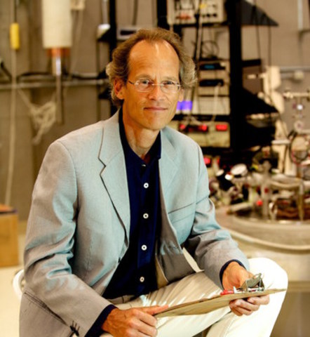 Louis Taillefer, professeur et physicien membre de l'Institut quantique à l'Université de Sherbrooke, est le premier Canadien à recevoir le prix Simon Memorial depuis sa création en 1957. (Groupe CNW/Université de Sherbrooke)