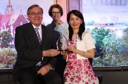 Ctrip CEO Ms. Jane Sun was awarded the first International Philanthropist Award at the University of Florida.