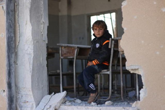 « Je voulais devenir médecin, mais peut-être que je ne deviendrai rien parce que notre école a été bombardée », se désole Ahmad, 6 ans, dans les ruines de son ancienne école à Idlib, en Syrie. « Nous avions l'habitude de jouer souvent dans la cour de l'école, mais maintenant j'ai peur de venir ici. » ©UNICEF/2016/Syria/Idleb (Groupe CNW/UNICEF Canada)