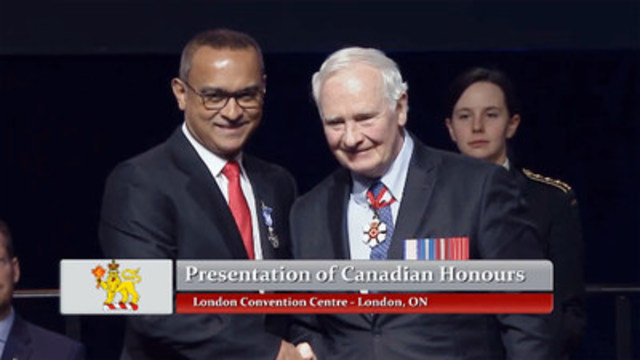Dr. Singh receiving congratulations from G-G David Johnston following the Meritorious Service Decoration presentation (CNW Group/Humber River Hospital)