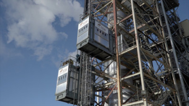 Envirosystems' MATTA-LIFT® is an innovative new technology used for catalyst changeout operations in the refining, chemical and petrochemical industries that enables a faster, safer and more cost-effective process for changeout, even under weather conditions that would typically lead to shut down of operations if a traditional crane-based approach were employed. (CNW Group/Envirosystems Inc.)