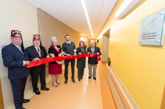 Coupure de ruban lors de l'inauguration officielle du Centre d'analyse du mouvement ce matin (Groupe CNW/Hôpital Shriners pour enfants)