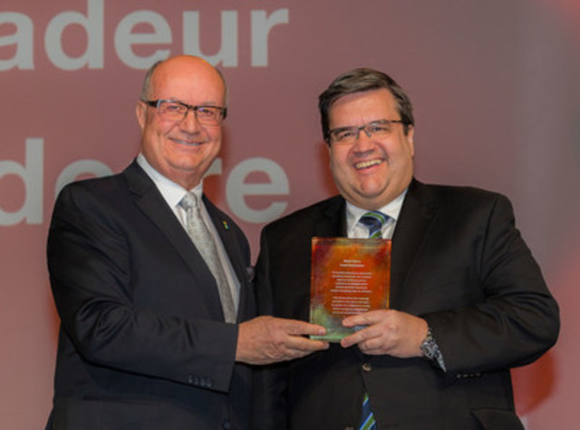 Denis Coderre intronisé à titre de Grand Ambassadeur et des leaders confirment des congrès internationaux d'envergure à Montréal Langue (Groupe CNW/Palais des congrès de Montréal)