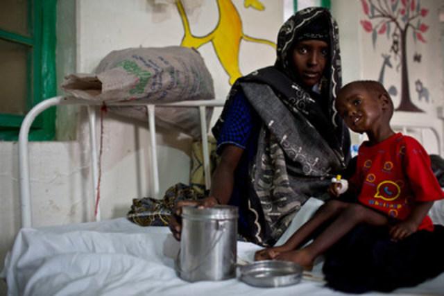 Le 9 mars 2017, une mère prend soin de son enfant souffrant de malnutrition dans un centre appuyé par l'UNICEF à Burao, en Somalie. Plus de 6 millions de personnes ont besoin d'une aide humanitaire urgente dans ce pays. © UNICEF/UN056051/Holt (Groupe CNW/UNICEF Canada)
