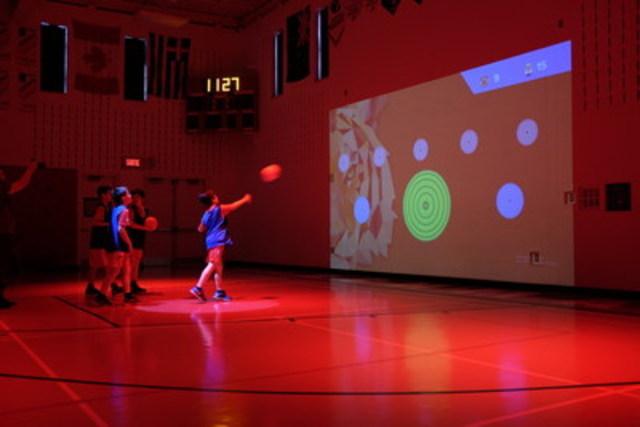 Les élèves de l'Externat St-Jean-Berchmans en pleine action au coeur de l'environnement spatial intelligent créé par LÜ (Groupe CNW/SAGA)