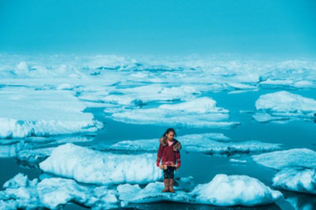 Le 1er juillet 2016, Amaia, une enfant Inupiat âgée de 11 ans, se tient sur la banquise de l'océan Arctique à Barrow, en Alaska. La fonte anormale des glaces dans l'Arctique est l'une des nombreuses conséquences du réchauffement climatique ayant des répercussions graves sur la vie humaine et animale. © UNICEF/UN056164/Sokhin (Groupe CNW/UNICEF Canada)
