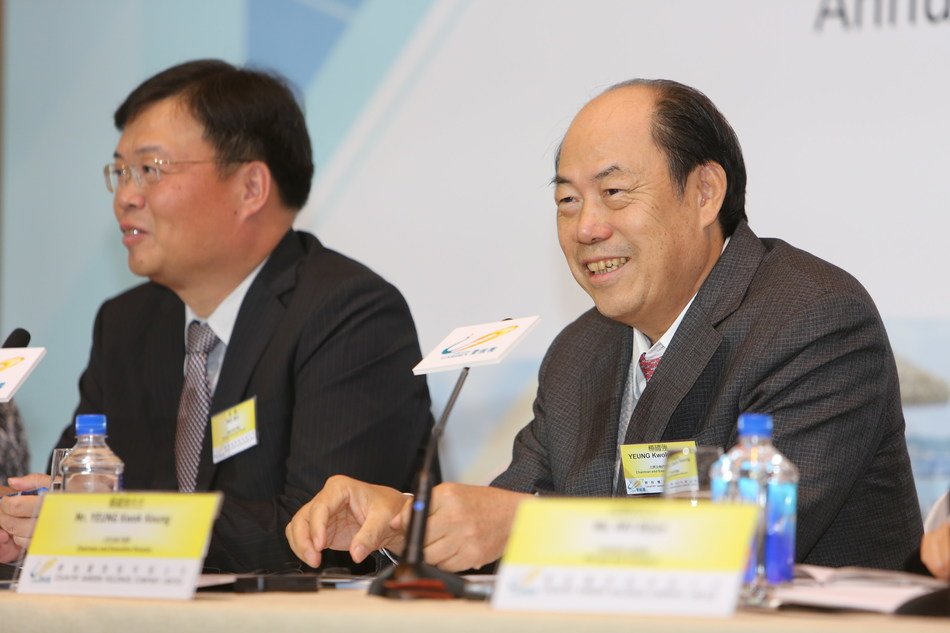 Country Garden chairman Yang Guoqiang (right) and president Mo Bin interacting with journalists