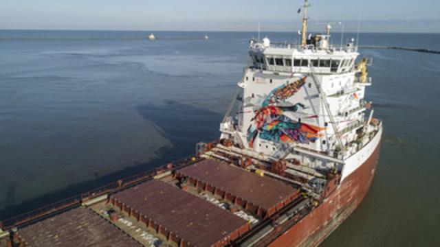 La fresque Gardiens des eaux peinte sur le vraquier de classe Trillium de CSL, le CSL St-Laurent. (Groupe CNW/Le Groupe CSL Inc.)