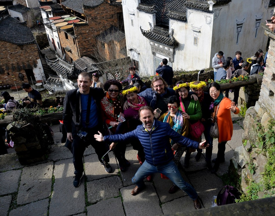 Tourism delegations from Laos, Eastern and Central Europe enjoy the gorgeous spring in Huangling village, China