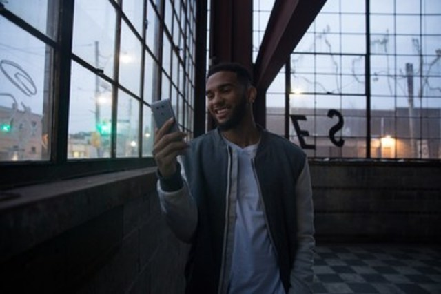 Le meneur des Raptors, Cory Joseph, adore le téléphone LG G6 et en est l'ambassadeur au Canada. (Groupe CNW/LG Electronics Canada)