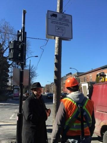 Le maire de l'Arrondissement du Sud-Ouest, Benoit Dorais, lors de l'installation des panneaux sur la rue Wellington. (Groupe CNW/Ville de Montréal - Arrondissement du Sud-Ouest)