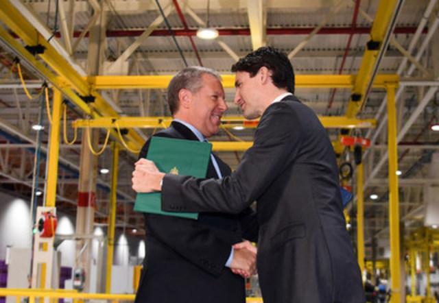 Ford annonçait aujourd'hui un investissement de 500 millions CAD en R et D au Canada, comprenant la mise en place du centre de recherche et d'innovation de Ford à Ottawa, renforçant ainsi le leadership de Ford en matière de connectivité automobile. En ajoutant les 700 millions CAD consacrés aux installations de Windsor et d'Oakville en 2016, Ford a investi un total de 1.2 milliard CAD dans ses opérations canadiennes au cours des six derniers mois. G à D: Joe Hinrichs, président de Ford Amérique et le très honorable Justin Trudeau, Premier Ministre du Canada. (Groupe CNW/Ford of Canada)
