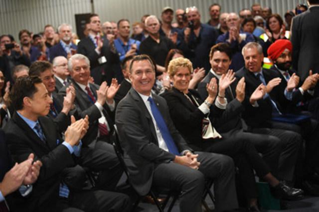Ford annonçait aujourd'hui un investissement de 500 millions CAD en R et D au Canada, comprenant la mise en place du centre de recherche et d'innovation de Ford à Ottawa, renforçant ainsi le leadership de Ford en matière de connectivité automobile. En ajoutant les 700 millions CAD consacrés aux installations de Windsor et d'Oakville en 2016, Ford a investi un total de 1.2 milliard CAD dans ses opérations canadiennes au cours des six derniers mois. G à D: L'honorable Brad Duguid, MPP, Ministre du Développement économique et de la Croissance, Marc Buzzel, président et chef de la direction de Ford du Canada, l'honorable Kathleen Wynne, Première Ministre de l'Ontario, le très honorable Justin Trudeau, Premier Ministre du Canada, Joe Hinrichs, président de Ford Amérique, et l'honorable Navdeep Singh Bains , Ministre de l'Innovation, des Sciences et du Développement économique. (Groupe CNW/Ford of Canada)