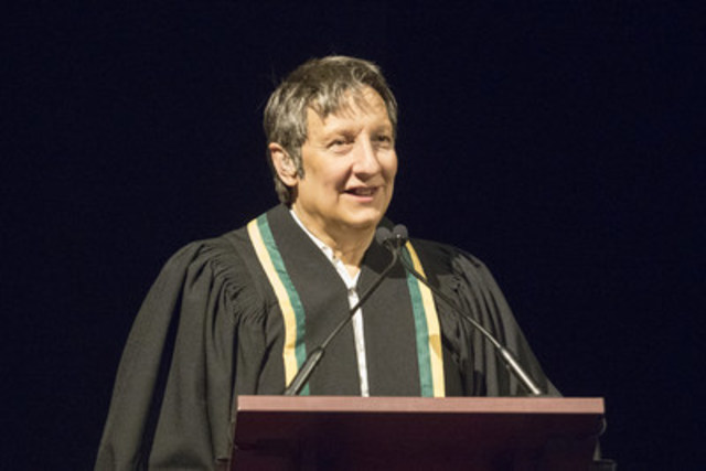 L'Université de Sherbrooke a remis à l'artiste de renommée internationale Robert Lepage un doctorat honoris causa le 30 mars, pour témoigner de son apport considérable au domaine culturel. (Groupe CNW/Université de Sherbrooke)