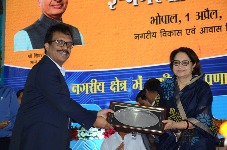 Mr. Sajan Pillai, CEO, UST Global, along with Smt. Maya Singh, Honorable Minister for Urban Development of Madhya Pradesh (PRNewsFoto/UST Global)