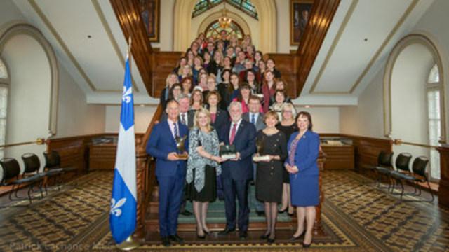 Le premier ministre du Québec, Philippe Couillard, a participé à la 10e présentation des Prix Égalité Thérèse‑Casgrain, lesquels visent à souligner la contribution des organismes communautaires, publics, parapublics ou privés à l'atteinte de l'égalité entre les femmes et les hommes partout au Québec. (Groupe CNW/Cabinet du premier ministre)