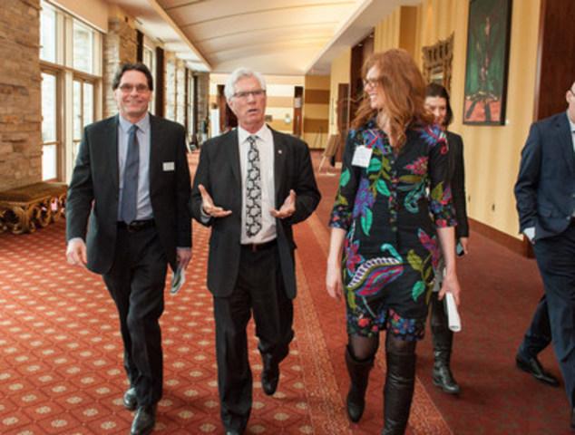 M. Jim Carr (deuxième à partir de la gauche), ministre des Ressources naturelles du Canada, sur le point de prononcer son discours au Colloque du printemps 2017 de l'Association canadienne de l'énergie éolienne, le mercredi 5 avril. (Groupe CNW/Association canadienne de l'énergie éolienne)