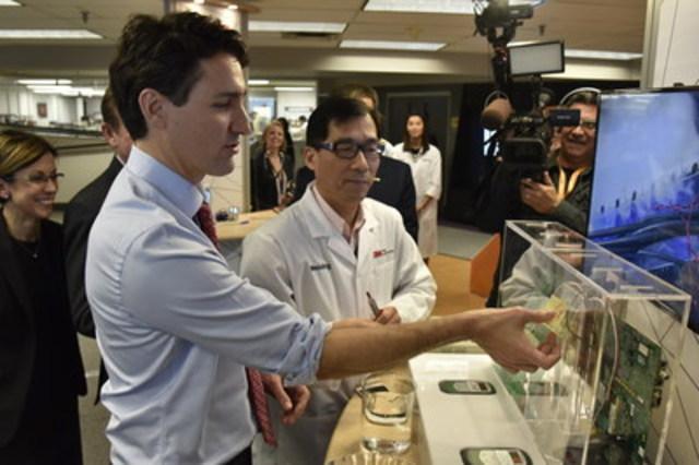 Weixing Hou, scientifique chez 3M Canada, fait la démonstration du produit NovecMC 1230 au premier ministre Trudeau au laboratoire à London, ON (Groupe CNW/3M Canada Company)