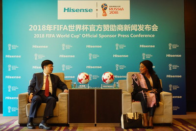 Le president de Hisense, Liu Hongxin, et le secretaire general de la FIFA, Fatma Samoura, lors de l'annonce officielle.