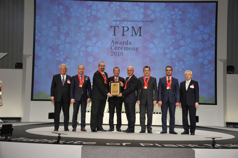 Arcelik A.S. Refrigerator Product Director Haldun Dingec received the award with his team members (PRNewsfoto/Arcelik A.S.)