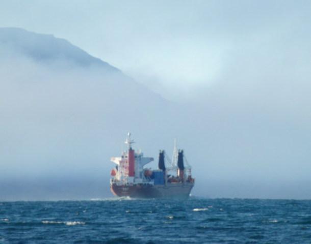 © Martin Von Mirbach / WWF-Canada - Freighter in Navy Board Inlet near Lancaster Sound, Nunavut. (CNW Group/WWF-Canada)