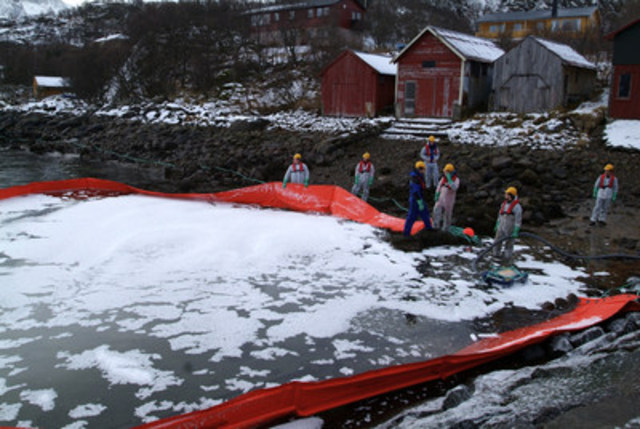© Ronny Frimann/Zine.No - WWF staff and volunteers practicing the use of a boom to catch oil spills on water at the NordNorsk Beredskapssenter in Fiskebol, a training centre where people learn how to clean up oil and gas spills in water and along the coast. (CNW Group/WWF-Canada)