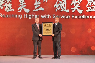 President of SKYTRAX, Edward, awarded the medal to the Chairman of the Board of Haikou Meilan International Airport, Wangzhen