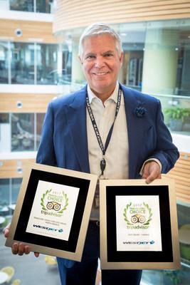 Gregg Saretsky, président et chef de la direction de WestJet, tient le prix de la meilleure compagnie aérienne au Canada et le prix Travellers' Choice pour la catégorie des compagnies aériennes de taille moyenne offrant des tarifs économiques pour l'Amérique du Nord parmi les prix Travellers' Choice de TripAdvisor remis aux compagnies aériennes en 2017. (Groupe CNW/WestJet)