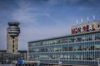 Le « Montréal » de l'aéroport Trudeau affiche les couleurs de son équipe! (Groupe CNW/Aéroports de Montréal)