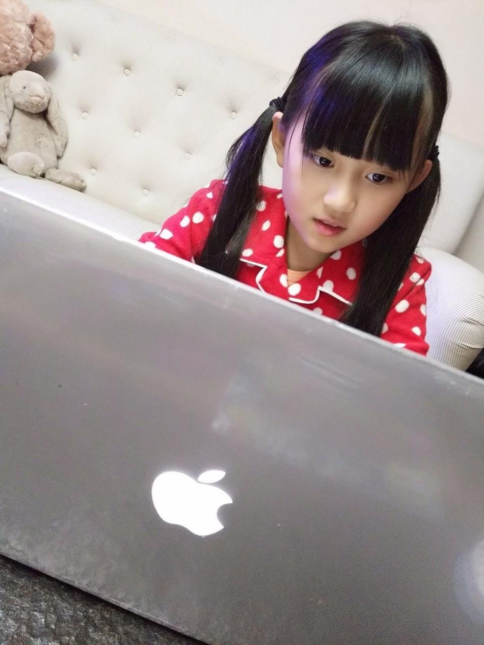 A DaDaABC student is enjoying her class online.