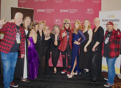 Members of Lice Squad.com and Smokes Poutinerie strike a pose with founder Dawn Mucci and Gala Emcees Ryan Smolkin and Clark Harrop (CNW Group/Lice Squad Canada Inc)