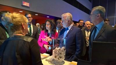 Le Premier ministre du Québec avec sa délégation au kiosque de Gestisoft, lors du Forum national pour les manufacturiers innovants le 7 avril 2017 au Palais des Congrès de Montréal. (Groupe CNW/Gestisoft)