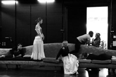 Les élèves finissants en Jeu du Conservatoire d'art dramatique de Montréal en répétition de la pièce Compagnie, une création théâtrale mise en scène par Yves Desgagnés selon la dramaturgie de Gilbert Turp, présentée du 28 avril au 6 mai 2017 au Théâtre Rouge. (Groupe CNW/Conservatoire de musique et d'art dramatique du Québec)