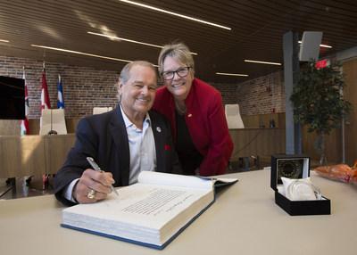 M. Rodrigue Gilbert a signé le Livre d'or de l'arrondissement de Rivière-des-Prairies-Pointe-aux-Trembles, à la suite d'un hommage rendu par la mairesse, Mme Chantal Rouleau. (Groupe CNW/Ville de Montréal - Arrondissement Rivières-des-Prairies - Pointe-aux-Trembles)