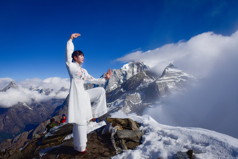 T'ai Chi performance at 16,000 feet by Chinese Tibetan girl raises funds for disadvantaged children with eye diseases (PRNewsfoto/Emutang Flower Sea)