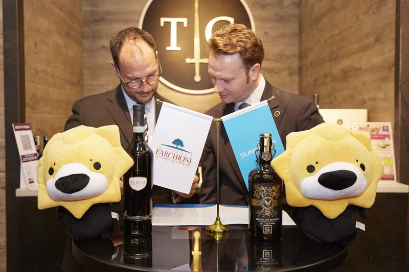 Marco Farchioni, VP of Farchioni group, signing a cooperation contract with Suning