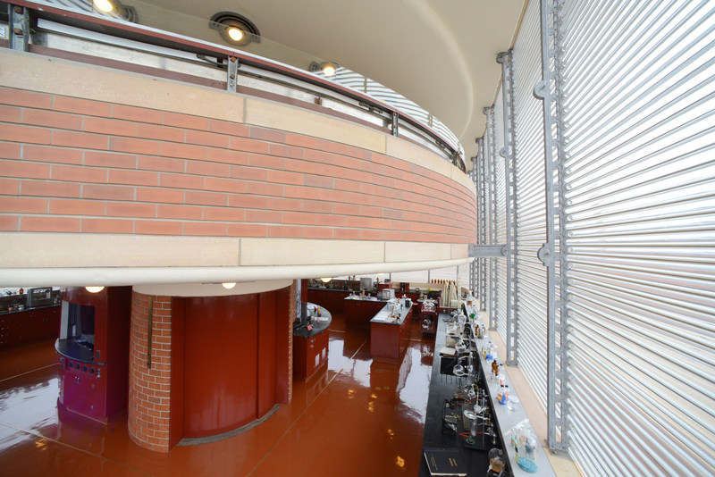 The open round mezzanine level situated above the square floor enabled communication between scientists on the two floors