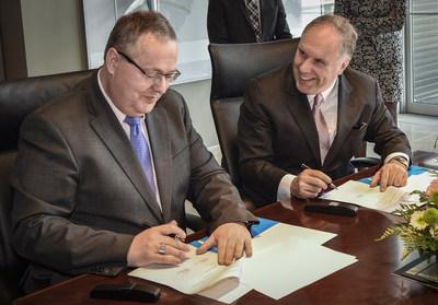 André Schneider et Philippe Rainville, récemment nommés à la tête de Genève Aéroport et d'Aéroports de Montréal, ont signé ce jour une convention de coopération qui donne une nouvelle dimension à la coopération entre les deux aéroports. (Groupe CNW/Aéroports de Montréal)