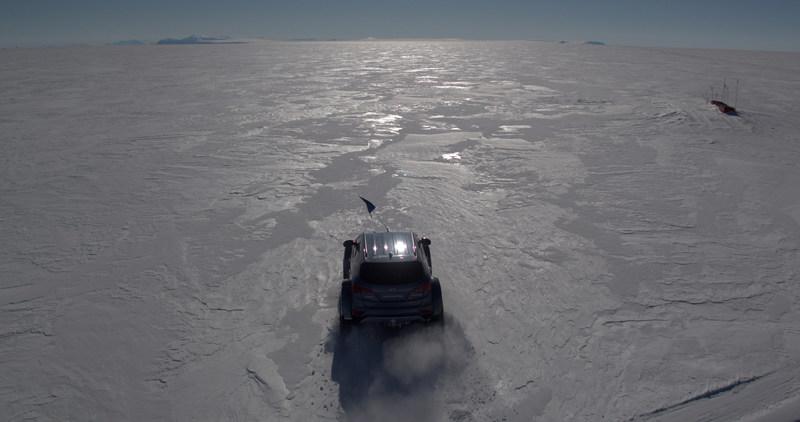 Shackleton Returns: Hyundai Santa Fe conquers the Antarctic driven by Great Grandson of Sir Ernest Shackleton. (CNW Group/Hyundai Auto Canada Corp.)