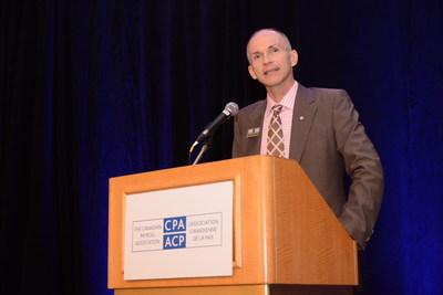 Steven Van Alstine, G.A.P, CAÉ, vice-président de la formation à l'Association canadienne de la paie (ACP) félicite les nouveaux Spécialistes en conformité de la paie (S.C.P) et Gestionnaires accrédités de la paie (G.A.P) lors d'un événement de reconnaissance à Edmonton. L'ACP offre les seuls programmes d'accréditation de la paie au Canada. Visitez paie.ca / payroll.ca pour plus d'informations. (Groupe CNW/Association canadienne de la paie)