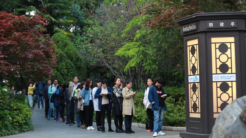 A line of people in Kun'ming waiting to enter the Reading Pavilion (PRNewsfoto/CCTV The Reader  Program Set .)