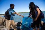Students clean Woodbine Beach in Toronto. © Peter Nguyen (CNW Group/WWF-Canada)