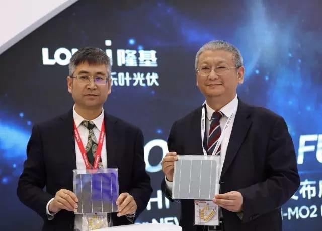 Presidente Li Zhenguo, do LONGi Group, e presidente Li Wenxue, da LONGi Solar, apresentam o novo produto Hi-MO2 (PRNewsfoto/LONGi Solar)