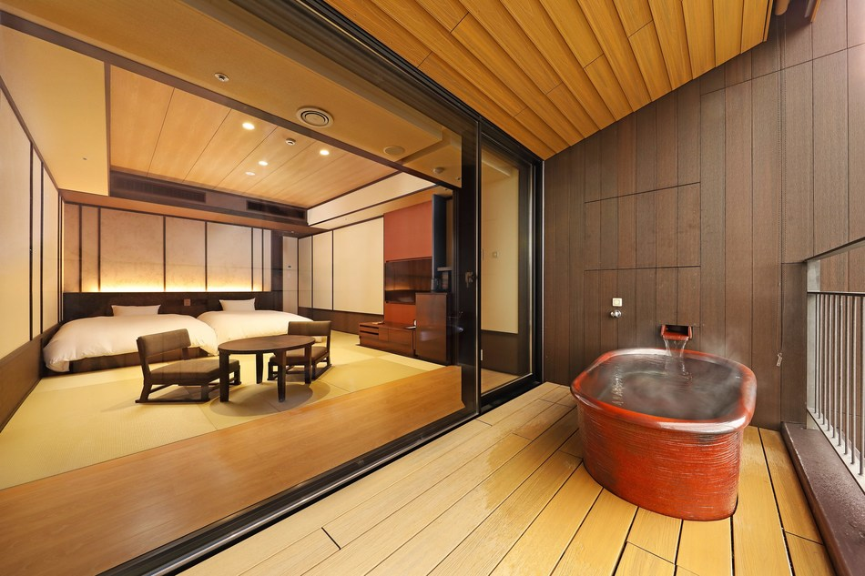 Each of Hakone Kowakien Ten-yu's 150 Japanese-style rooms has a private open-air hot spring bath overlooking the breathtaking scenery. Most of the rooms have beds, and can accommodate additional guests with futons. The décor combines Japanese aesthetics with stylish simplicity.
